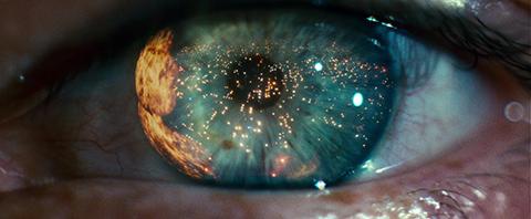 Plan d'ouverture de Blade Runner: l'œil d'un androïde sur un monde noir, en proie au chaos