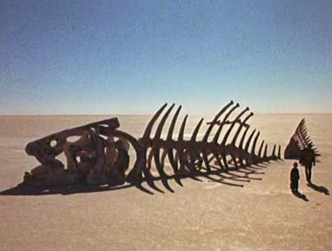 Esqueleto de pez gigantesco en la película El Principito (1974) - Cine de Escritor