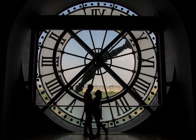 casal em paris, museu d'orsay relógio, frança