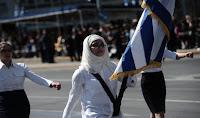 ΑΙΣΧΟΣ❗ Σημαιοφόρος με μαντίλα στην παρέλαση στο Σύνταγμα ➤➕〝📷ΦΩΤΟ &📹 ΒΙΝΤΕΟ〞