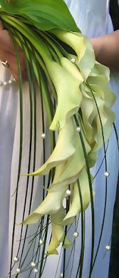 Leomló kála esküvői csokor gyöngyökkel és macifűvel