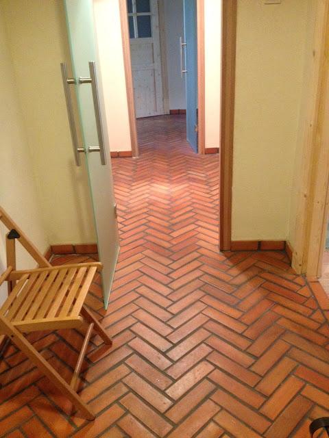 Cudowna aranżacja mieszkania z podłogą z płytek z cegły