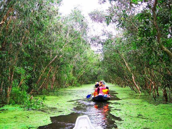 Chèo xuống ngắm sông nước là hoạt động yêu thích của du khách