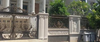 pagar besi tempa untuk menhiasi rumah  klasik