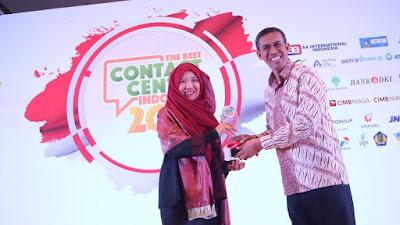 GM Honda Customer Care Center (HC3) AHM, Istiyani Susriyati (kiri) menerima penghargaan The Best Contact Center Indonesia