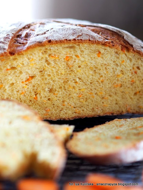 chleb maślankowo-marchewkowy , chleb drożdżowy , drożdże , mąka pszenna , z marchewką , z kminkiem , kminek , marchew , moje wypieki , domowa piekarnia , bochenek chleba , chrupiąca skórka , pachnący bochen , domowe jedzenie , kuchnia polska
