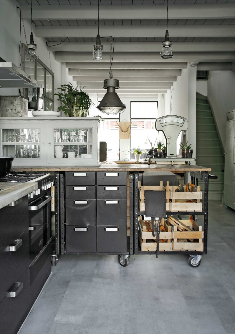 cocina, estilo industrial, negro, blanco, metal, madera, ciervo, alacena, cocina negra, caja de frutas, caja madera, cristaleria