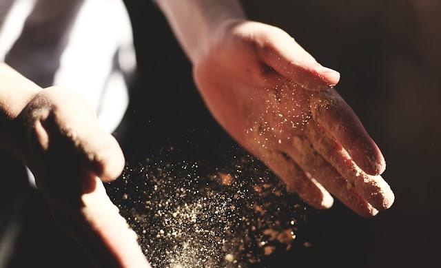 Τα ψέματα είναι σαν την άμμο… ό,τι κι αν στηρίξεις πάνω τους κινδυνεύει να γκρεμιστεί!
