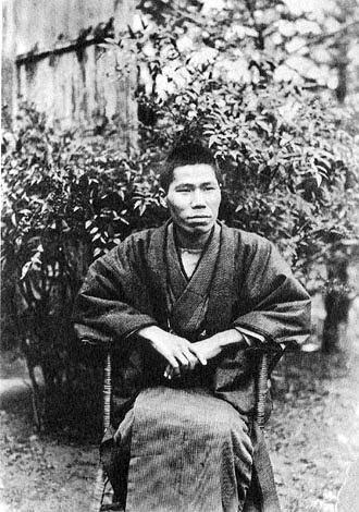 着物を着て椅子に座って遠くを見ている梶井基次郎