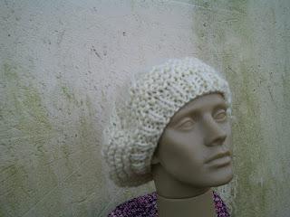 boina tricotada com lã de ovelha clara