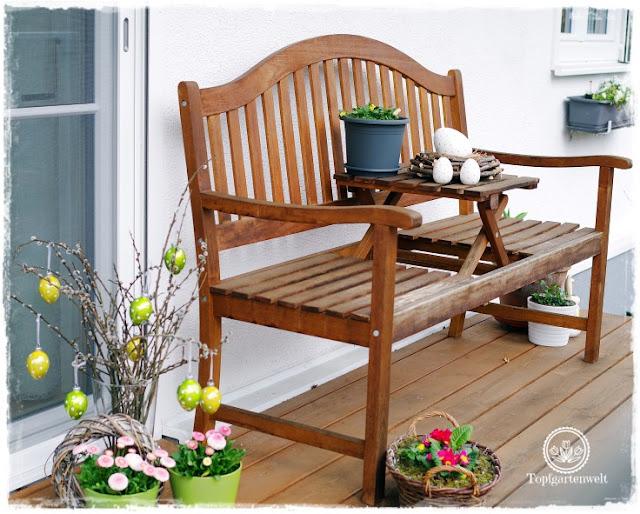 Gartenblog Topfgartenwelt Osterdeko: eine Gartenbank mit Tisch lädt zum Dekorieren förmlich ein