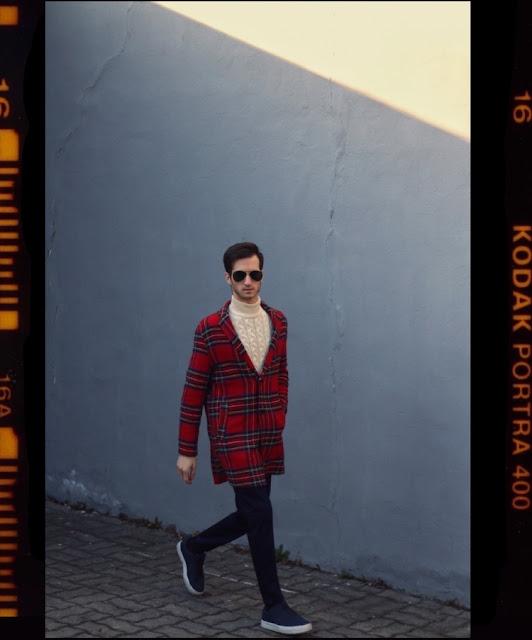 Czerwony płaszcz w kratę