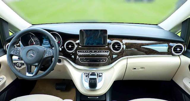 Bảng taplo Mercedes V250 Avantgarde 2018 được ốp gỗ Ash màu Nâu bóng