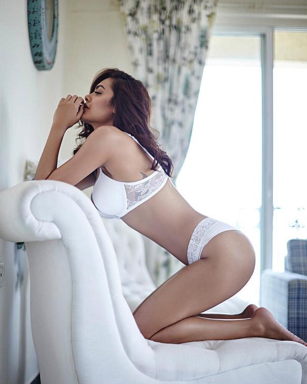 Esha Gupta hot