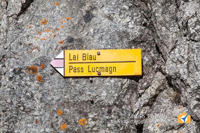 Cartello con l'indicazione della passeggiata per il Lai Blau