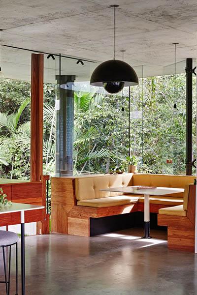 Maison de verre design architecture intérieure coin repas banquette