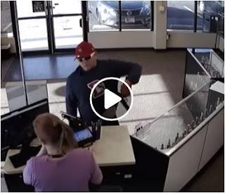بالفيديو اغبى لص وعملية سطو مسلح Stupid robber