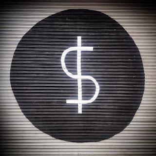 El símbolo del dinero es la $. Un símbolo de Saturno que  representa a una serpiente  que sube por un palo