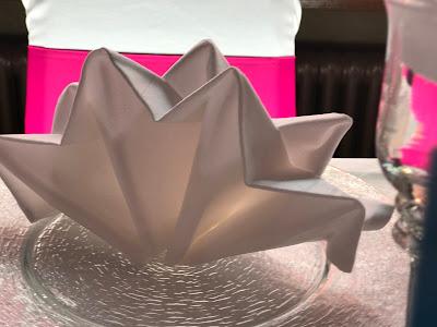 Servietten Krone Pink travel themed wedding - Reise ins Glück Hochzeitsmotto im Riessersee Hotel Garmisch-Partenkirchen, Bayern Sommerhochzeit im Seehaus in den Bergen, Hochzeitsplanerin Uschi Glas