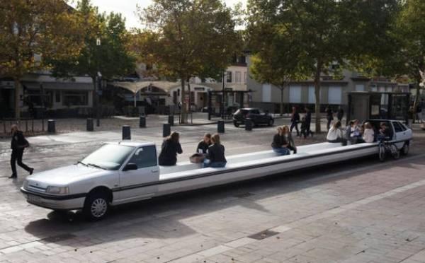 Mobil Limosin juga bisa dibuat tempat duduk panjang ditempat umum.