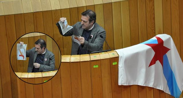 Un diputado del BNG rompe una fotografía del rey Felipe VI en el Parlamento de Galicia
