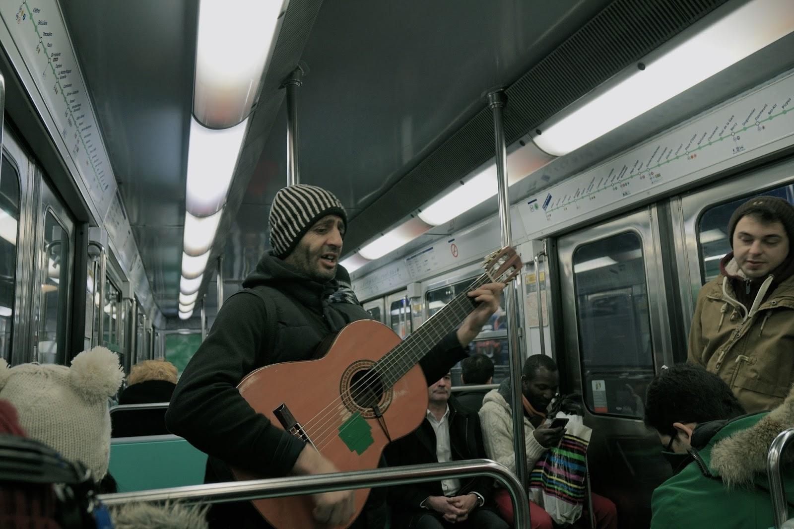 パリの地下鉄内