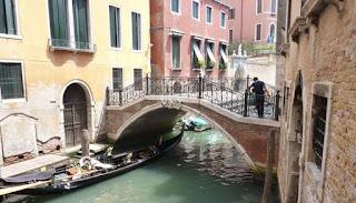Venecia está repleta de puentes y canales.