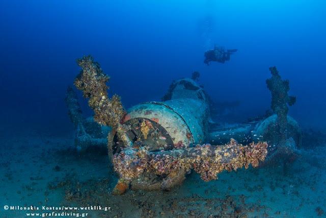 Το Ιταλικό βομβαρδιστικό που ανακαλύφθηκε στον βυθό του Πόρου (βίντεο)