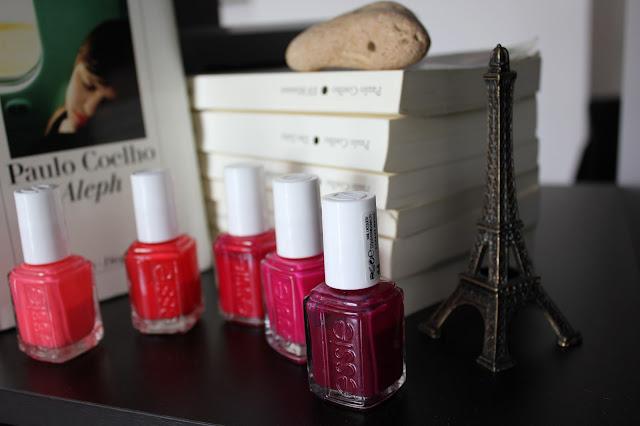 Mein Essie Nagellack versteckt sich neben meinen Lieblingsbüchern von Paulo Coelho und meinen Eifelturm aus Paris