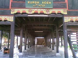 Ruang Bawah Krong Bade (Rumah Adat Aceh)