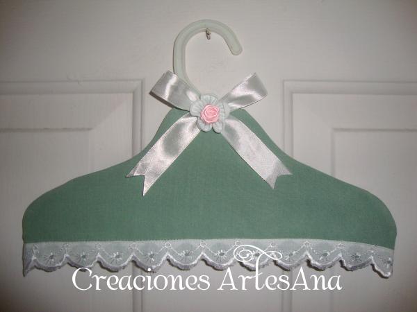 http://creaciones-artesana.blogspot.com.es/2014/03/percha-decorada.html