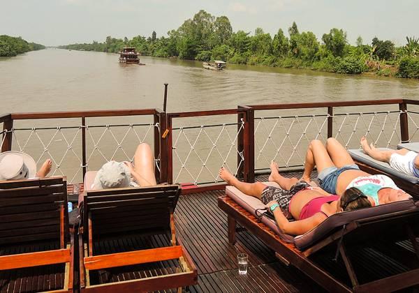 Thư giãn trên bong tàu tại Mekong - Photo Phương Bùi