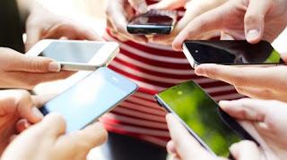 Stop Kebiasaan Angkat Smartphone Tinggi-tinggi untuk Cari Sinyal Whatsapp BTS