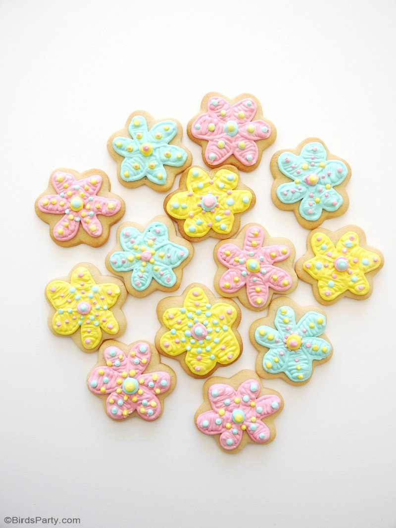 How To Decorate Flower Cookies The Easy Way! - pretty delicious and easy to make decorated cookies for your spring parties, or to give as gifts or party favors! by BirdsParty.com @birdsparty #cookies #cookirecipe #flowercookies #flowersugarcookie #springcookies #flowercookie
