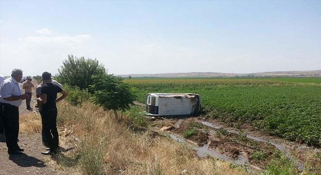 Diyarbakır-Bismil yolunda minibüs takla attı: 1 yaralı