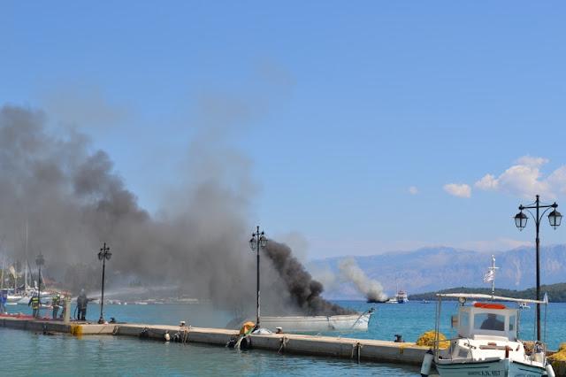 Φωτιά σε δύο σκάφη στη Λευκάδα (φωτό).