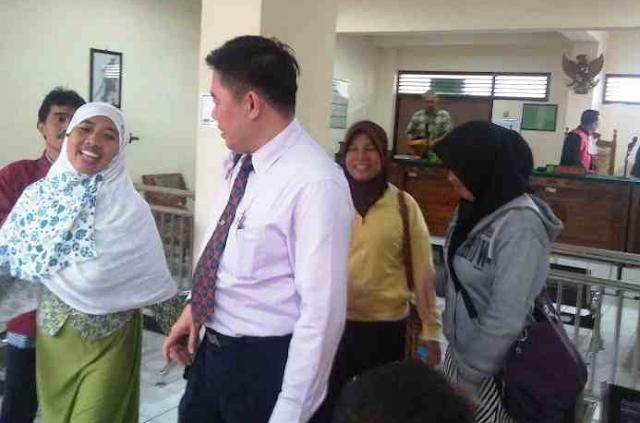 Kuasa hukum pemohon, Eka Widhiarto, saat berbincang dengan tiga buruh PT Nyonya Menner usai sidang vonis di PN Semarang, Kamis (3/8/2017).. (Joko Susanto/Jawa Pos Radar Semarang)