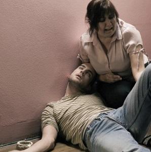 mamaja duke ngritur djalin e saj të droguar