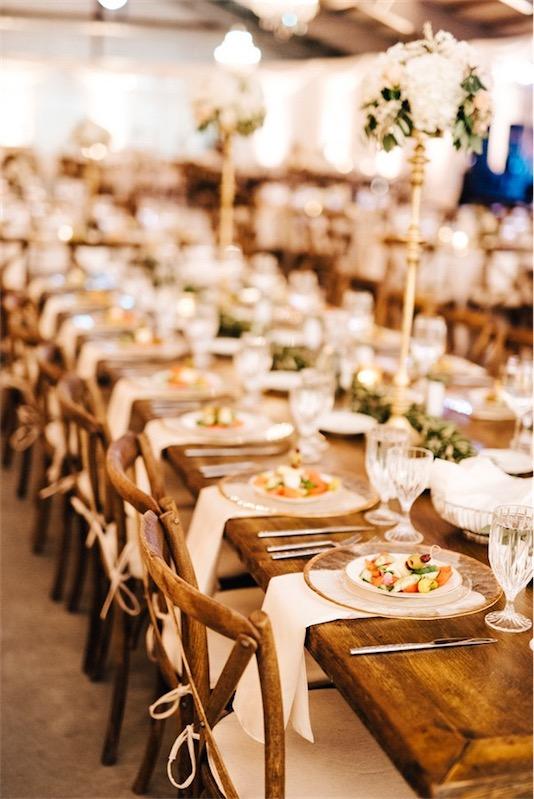 mesa de madera decorada para boda inspiracion griega chicanddeco