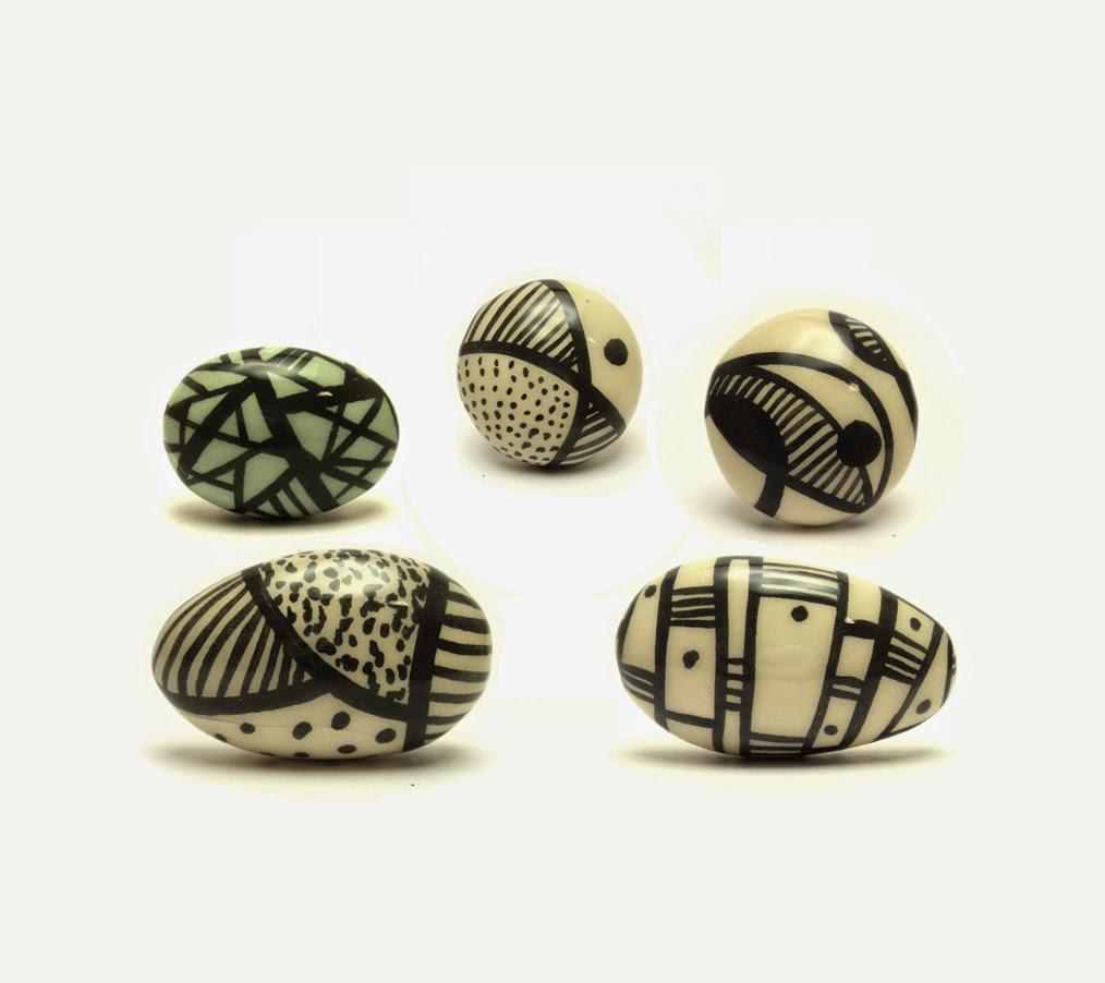 bagues en forme de galets avec dessins graphiques en noir et blanc