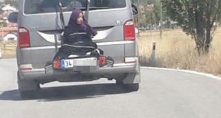 Πατέρας έδεσε την κόρη του στο πίσω μέρος αυτοκινήτου και την περιέφερε