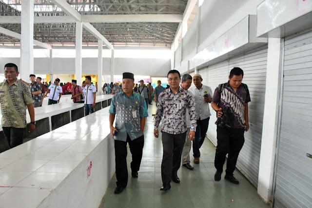 Asisten II Setdakot Drs H Hayyi Nasution didampingi Kepala Dinas Perdagangan, Perindustrian dan Pasart Arman Fadillah,S.Pd saat meninjau lokasi Gedung I dari Pasar bahagia,Kota Tanjungbalai.