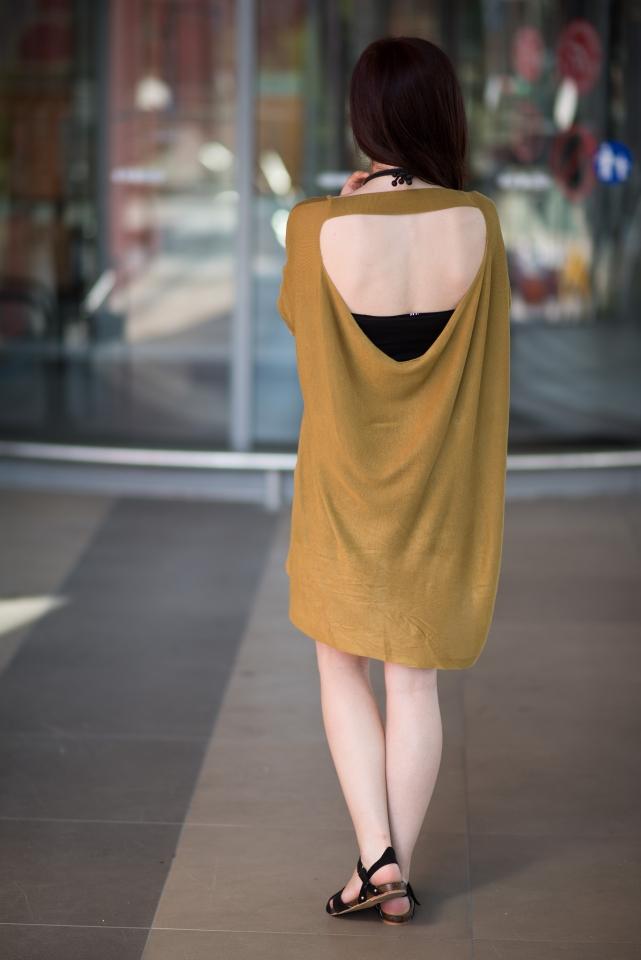 musztardowa sukienka rozcięcie na plecach