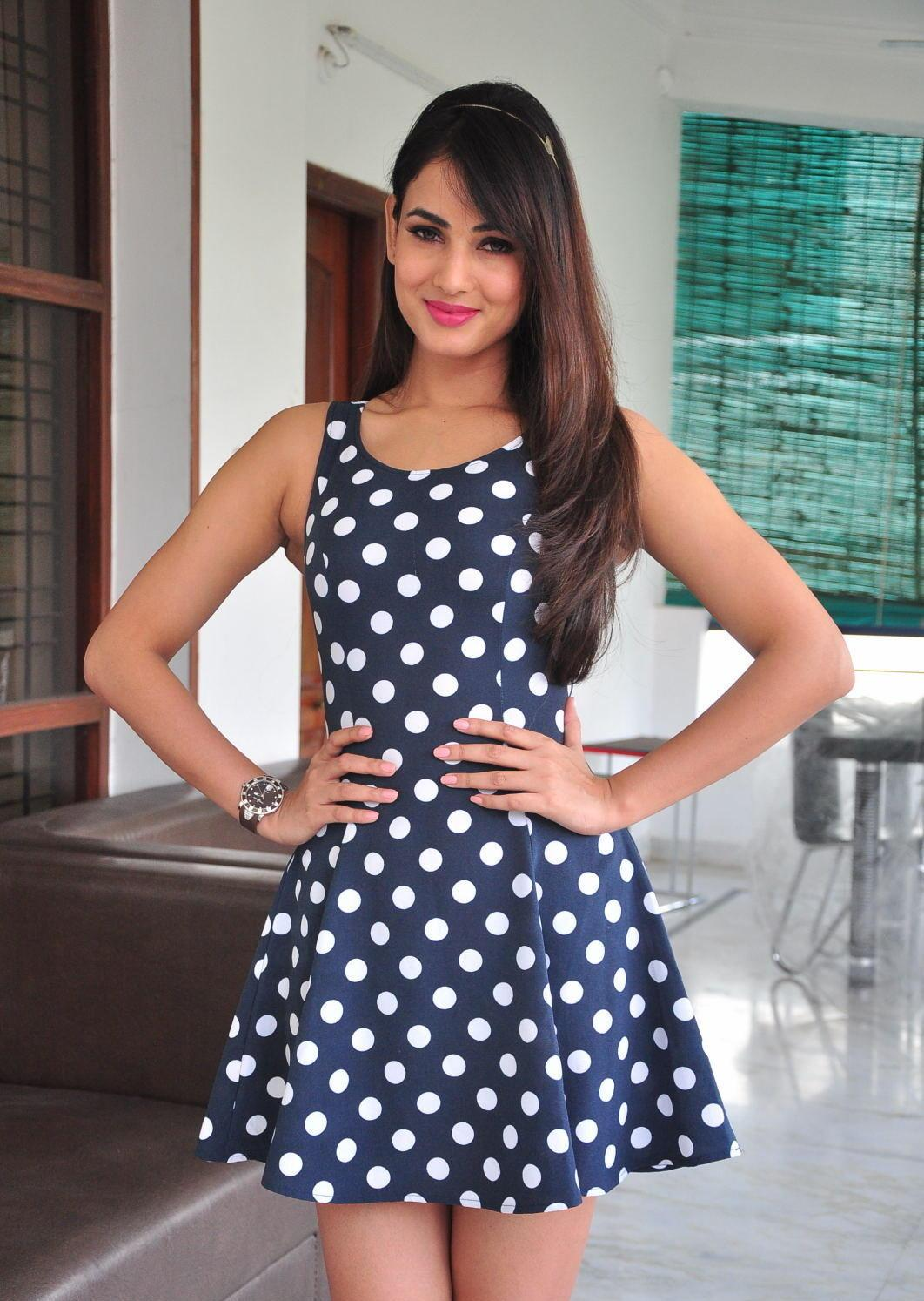 Sonal Chauhan Looks Irresistibly Sexy In A Black Polka Dot -3423