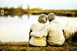 Pareja de ancianos abrazada