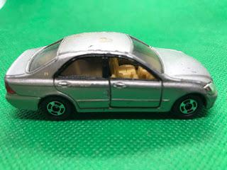トヨタ クラウン のおんぼろミニカーを側面から撮影