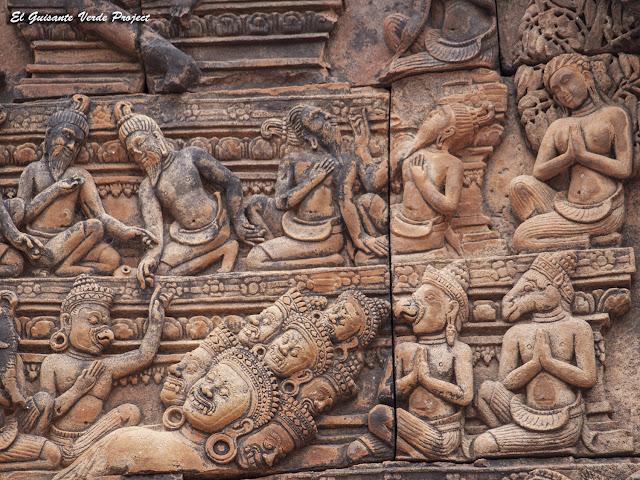 Banteay Srei, biblioteca sur detalle tímpano este - Angkor, Camboya por El Guisante Verde Project