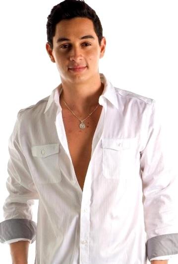 Foto de Víctor Drija con camisa blanca