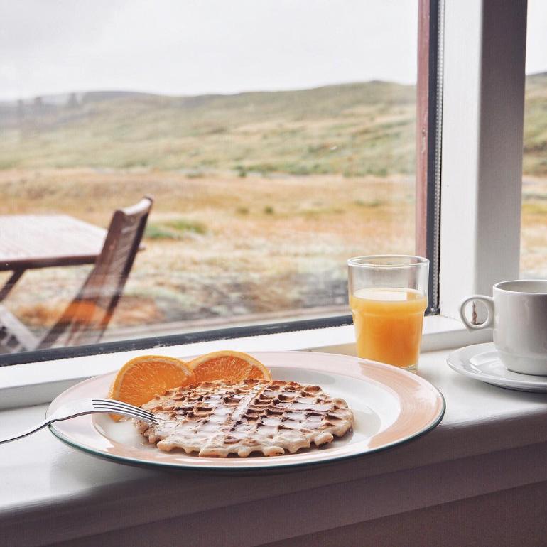 Petit-déjeuner - gaufres et sirop pour pancakes