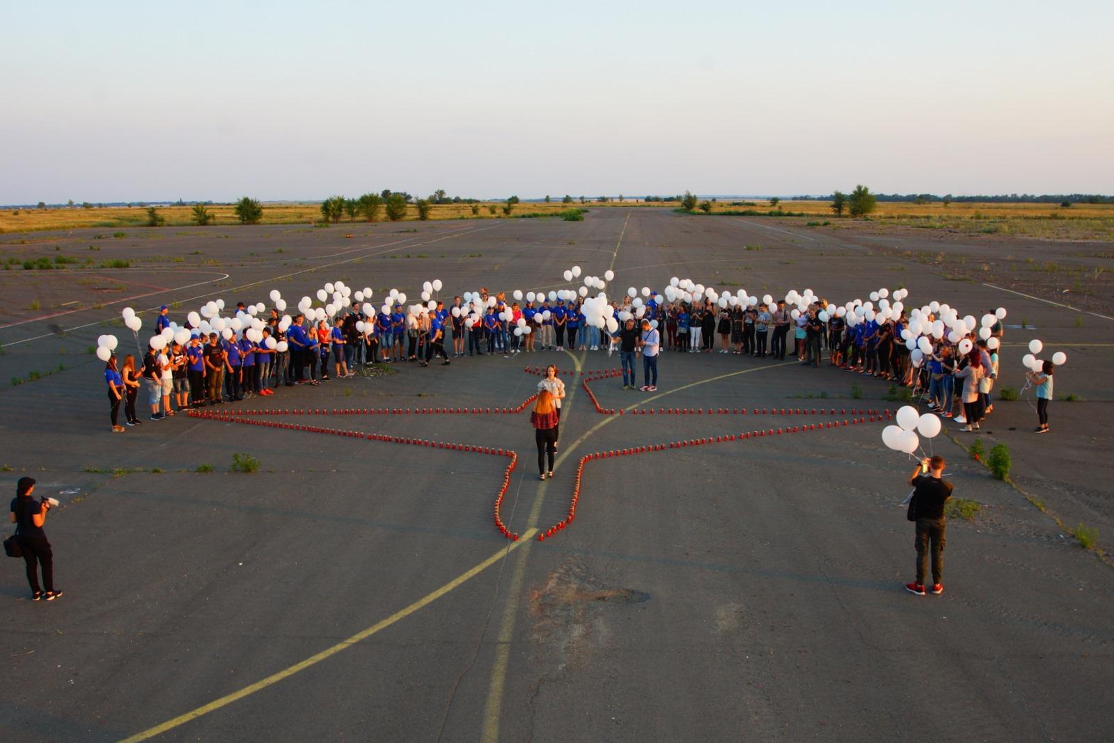 Луганчане организовали в аэропорту Луганска траурный митинг по случаю 5-й годовщины со дня крушения пассажирского авиалайнера Боинг-777